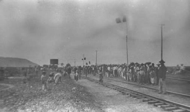 Gente esperando tren